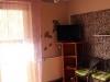 Drzwi wejściowe i telewizor w pokoju fioletowym